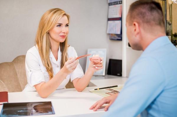 rozmowa dentysty z pacjentem