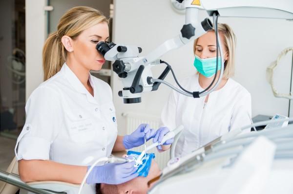 leczenie zębów przez mikroskop