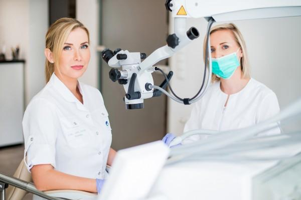 zabieg dentystyczny w mikroskopem